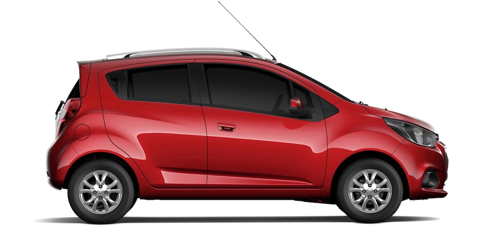 Chevrolet Beat Hatchback 2020 en color rojo granada con defensas, manijas y espejos laterales al color de la carrocería